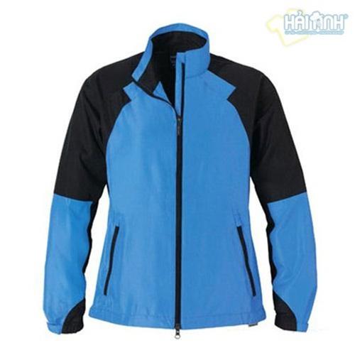 Áo khoác gió đồng phục màu xanh lơ kết hợp với tay đen
