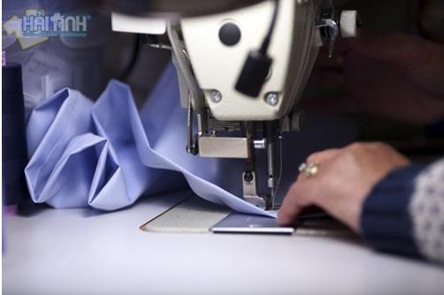 Người thợ may áo khoác gió tỉ mĩ trong từng đường kim mũi chỉ
