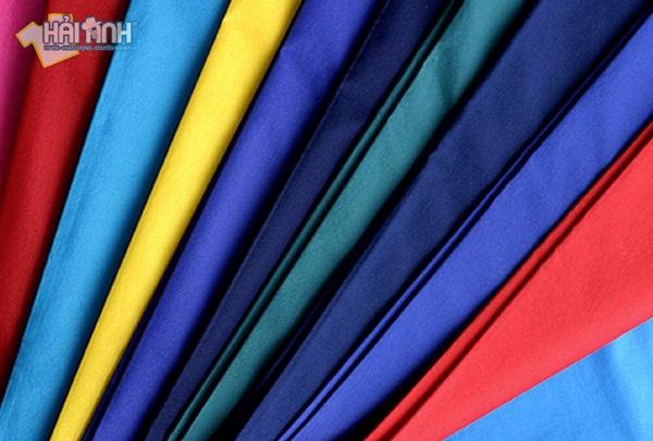 Giá may áo khoác gió đồng phục giá rẻ phụ thuộc vào chất liệu vải