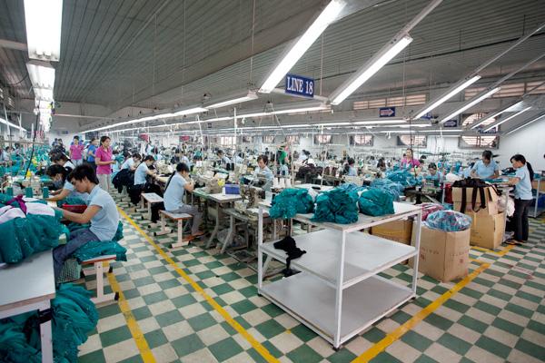 Hình ảnh mộtxưởng may áo lớp có cổ của Công ty Hải Anh