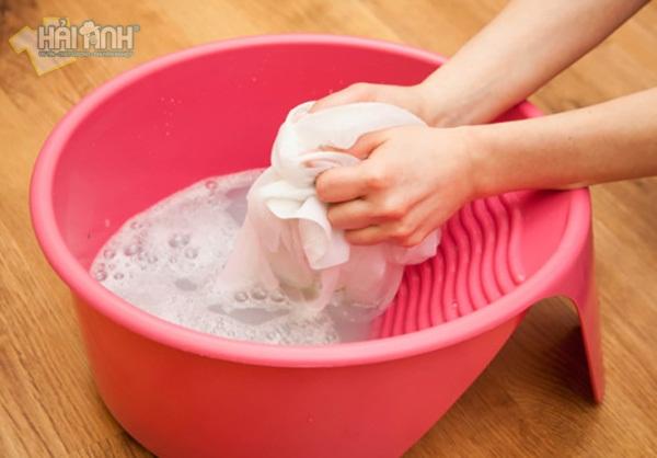 Nên giặt áo thun đồng phục bằng tay để áo được bền hơn