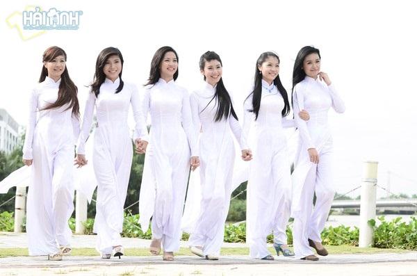 Áo dài là mẫu đồng phục học sinh rất được các bạn nữ yêu thích