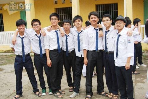 Đồng phục học sinh nam ngày nay là áo sơ mi trắng kết hợp với quần âu