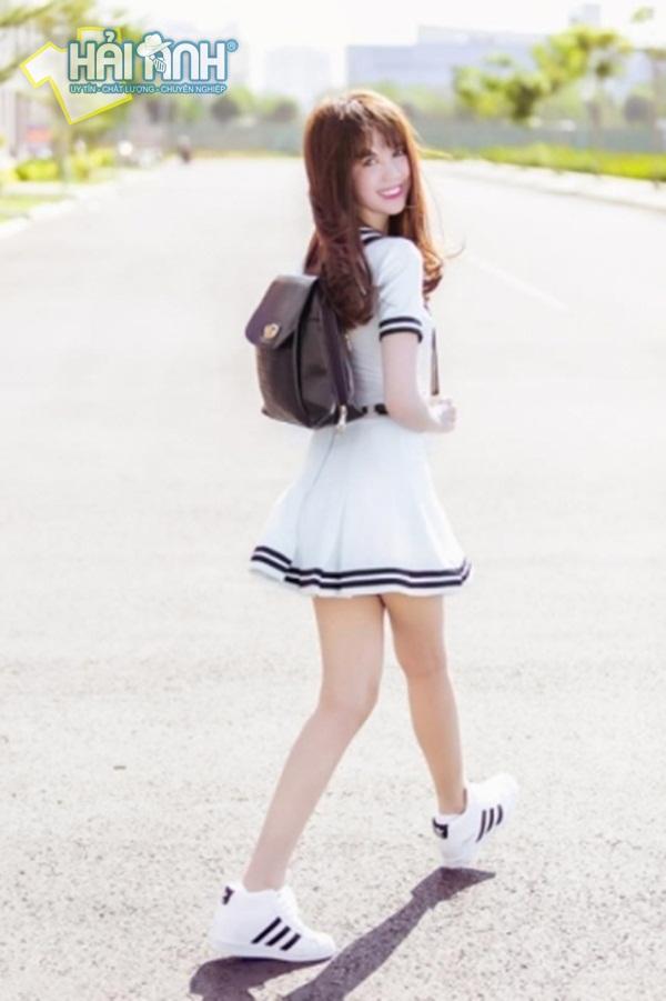 Ngọc Trinh khá trẻ trung trong bộ đồng phục học sinh